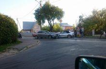 Kalniečių gatvėje susidūrė du BMW automobiliai