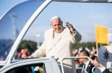 Popiežius meldžiasi Santakos parke: nebijokime eikvoti savęs dėl mažiausiųjų