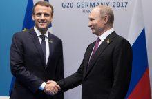E. Macronas atvyksta į Rusiją svarbioms deryboms su V. Putinu