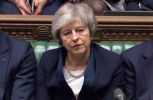 """Nesėkmę dėl """"Brexit"""" patyrusi premjerė – pažeminta ir sutriuškinta"""