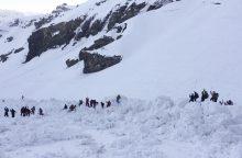 Šveicarijos kurorte nuslinkus lavinai nukentėjo keturi žmonės