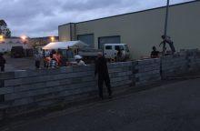 Demonstrantai pastatė sieną prie įėjimo į pabėgėlių prieglaudą
