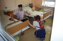 Tuberkuliozės dienos išvakarėse sergančius vaikus džiugino klounai