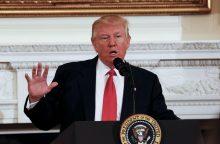 D. Trumpas nurodė patikrinti administracijos darbuotojų telefonus