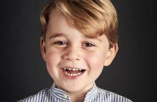 Britanijoje paskelbta 4-ąjį gimtadienį švenčiančio princo George'o oficiali nuotrauka