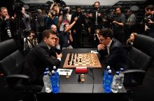 F. Caruana nepasinaudojo pranašumu ir taikiai baigė dar vieną partiją su M. Carlsenu