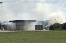 Degalinėje šalia dujų talpyklos užsiliepsnojo kemperis, apdegė žmonės