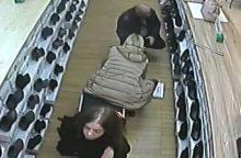 Įžūlus nusikaltimas parduotuvėje: pamatykite, kaip vagilė nusinešė pirkėjos piniginę