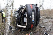 Nuo kelio nuskriejo BMW: keleivis žuvo, vairuotoja – sužeista