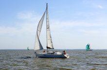 Pasieniečiai ir kariai gelbėjo ant seklumos užplaukusią jachtą
