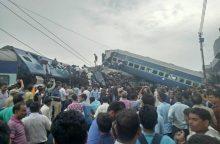 Indijoje nuo bėgių nulėkus traukiniui žuvo mažiausiai 10 žmonių